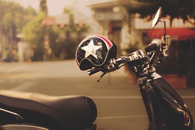 Prilba odložená na stojacej motorke.jpg