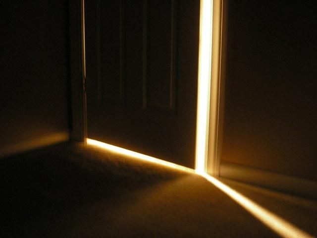 Pootvorené dvere, svetlo vniká do tmy