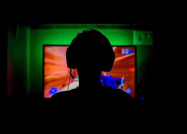človek hrajúci počítačovú hru.jpg