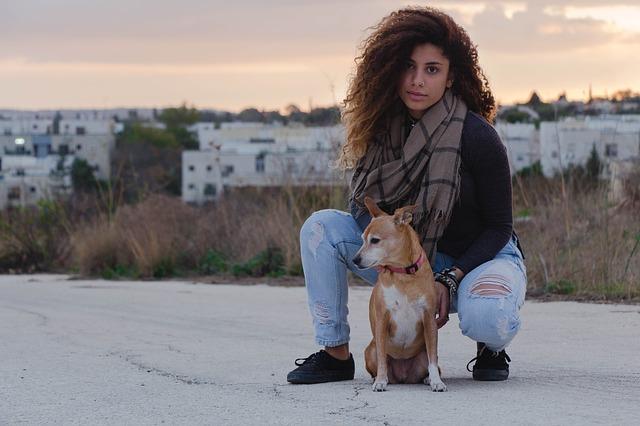 Dievča so psom.jpg