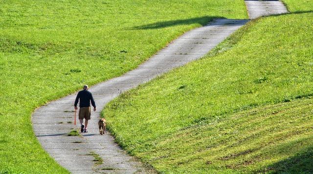 muž na prechádzke si psom.jpg