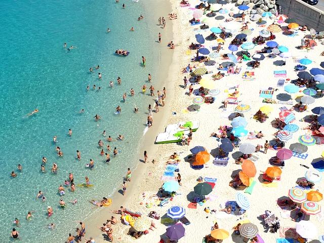 Pláž plná turistov na severe Talianska v Kalábrii