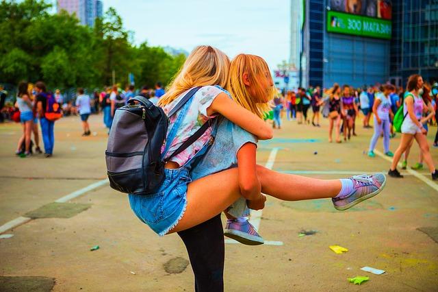 Ľudia idú na festival