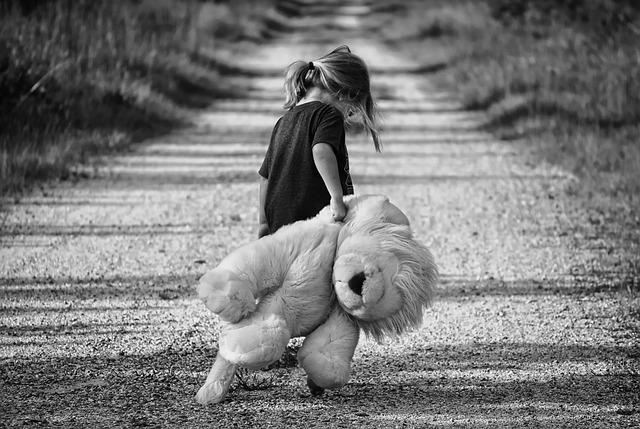 dievčatko s plyšovým levom.jpg