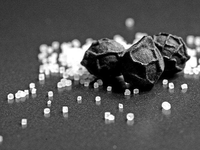Čierne korenie a soľ rozsypaná na stole.jpg