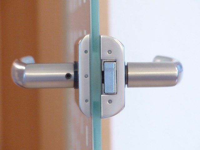 Detail na profil a kľučku sklenených dverí.jpg