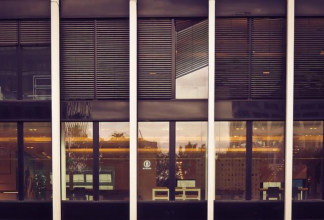Budova so sklenenými stenami a dverami.jpg