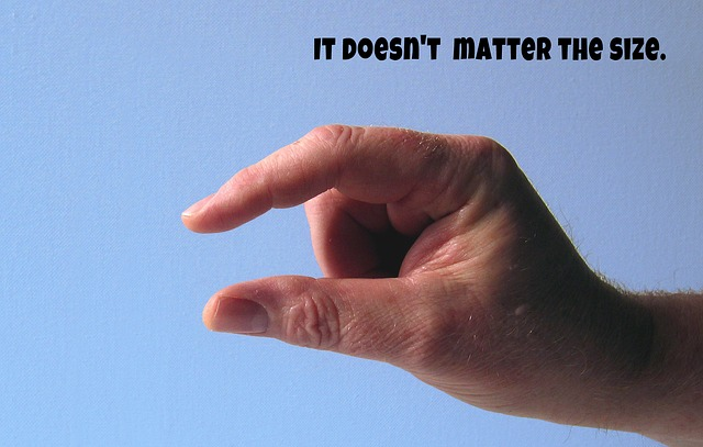 """Muž ukazuje prstami znak """"malý"""" a nápis na veľkosti nezáleží.jpg"""