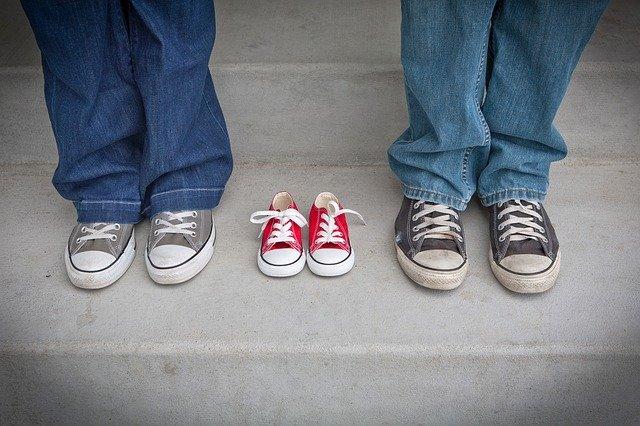 Mužské a ženské nohy v rifliach a teniskách.jpg