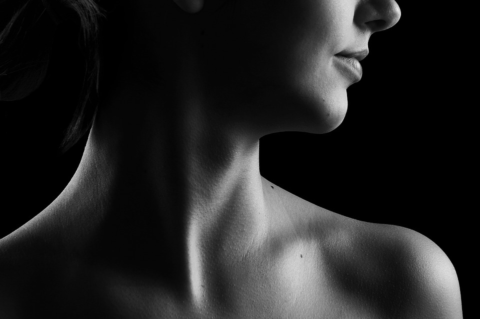 portrét ženy, krk